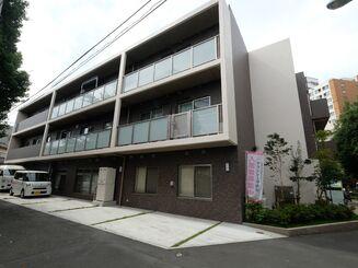 都会的な住宅地に建てられている3階建ての施設の ...