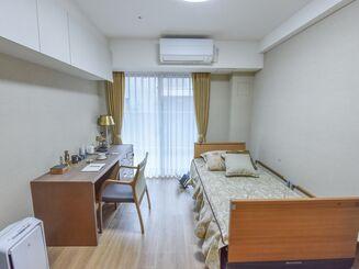 ... 白を基調とした、日当たり良好の明るい個室である。大きな家具