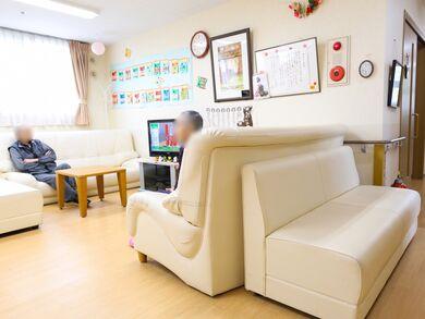 テレビの周りには、ゆったりと座れるソファーが向かい合わせに置いてある。壁の方には、季節を象徴する飾りが貼ってある。